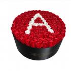 Aranjament floral personalizat cu litera cutie rotunda neagra cu 101 t
